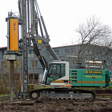 liebherr-piling-and-drilling-LRB-18-hammer-h-6-impacting-pre-fab-concrete-pi.jpg