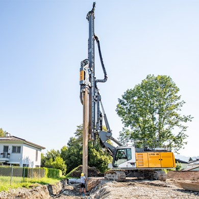 liebherr-LV-20-Vibrator-on-lrb-18-piling-and-drilling-rig.jpg
