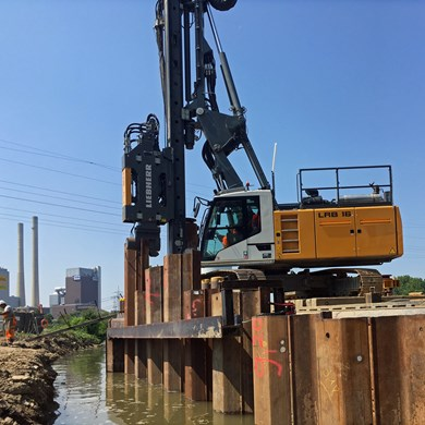 liebherr-piling-and-drilling-LRB-16-deep-foundation-vibrator-sheet-piles-spu.jpg