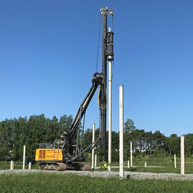 liebherr-lrh-100-piling-rig-with-hammer-H-6-concrete-piles.jpg