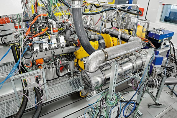 D9508 diesel engine: Nitrogen oxide and particle emissions are measured at the test bench.