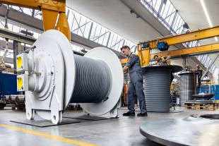 Liebherr rope winches with own planetary plug-in gearboxes during assembly