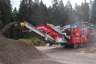 Electric travel drives installed in a SMB mobile crushing plant