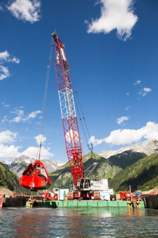 Duty cycle crawler crane HS 8130 HD in dredging application