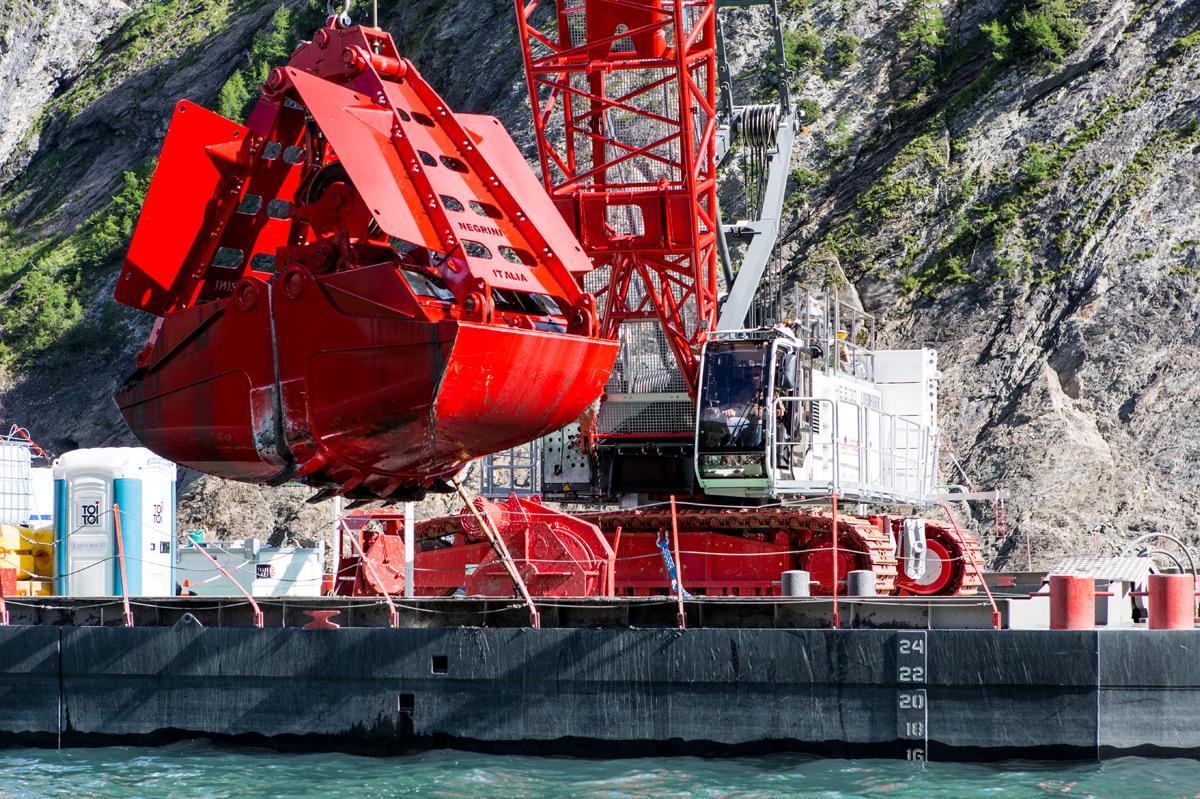 Job report dredging with clamshell bucket - Liebherr