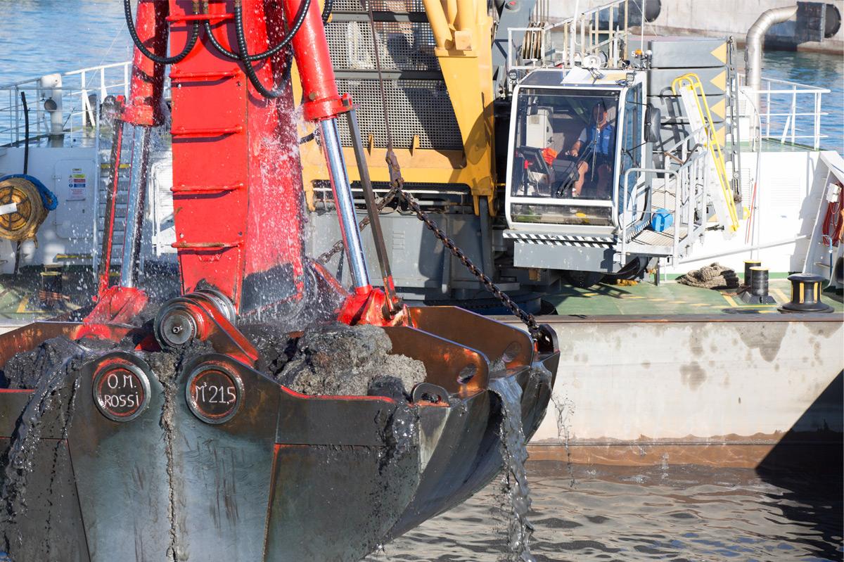Port dredging in Piombino - Liebherr