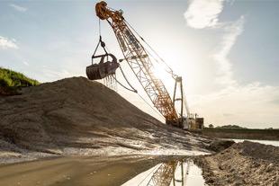 HS series duty-cycle crawler crane as earthmoving equipment - Liebherr