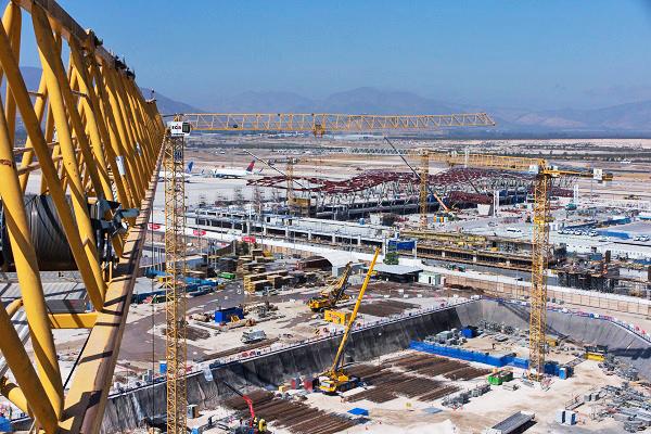 23 Liebherr Turmdrehkrane Beim Flughafenausbau In Santiago De Chile