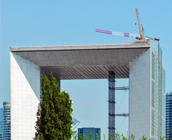 Above the roofs of Paris: Liebherr Derrick erects Flat-Top crane on the roof of the Grande Arche