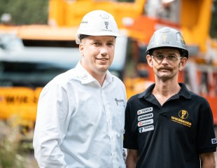 Mobile construction crane expertise on site: Christoph Kriegel and MK operator Günther Sliewa.