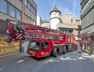Just in time for the opening of the shops, the mobile construction crane reverses out of the pedestrian zone of Mainz.