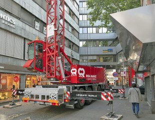 Space-saving miracle MK 88: In the city centre of Mainz with its narrow, winding streets, the mobile construction crane needs only very little space for installation and erection.