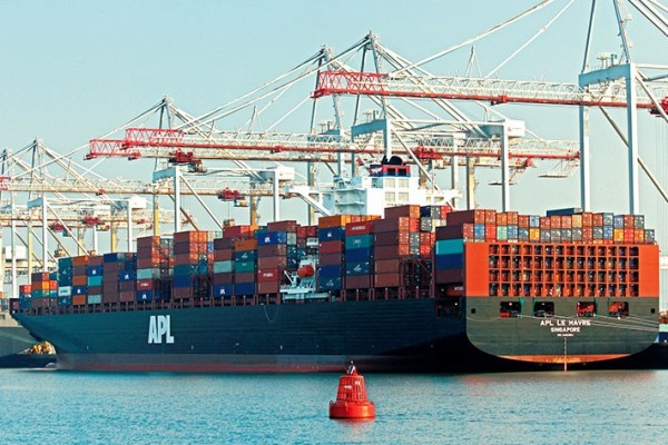 Container loading bridges from Liebherr on Southampton harbor (Great Britain)