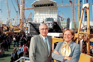 Isolde Liebherr and Willi Liebherr in 2004 at the Bauma trade fair in Munich