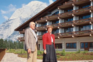 1985: Hans Liebherr with Barbara Mayer, former manager of the Interalpen-Hotel Tyrol in Austria.