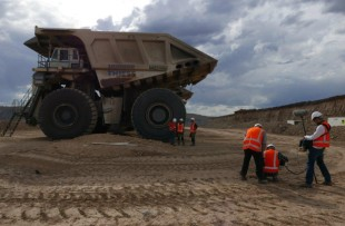 Krasse Kolosse team become familiar with the Liebherr T 282 C ultra-class haul truck.