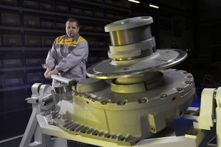 Employees of Liebherr-Ettlingen GmbH at gearbox assembly
