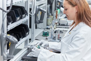 Camera assembly at a Liebherr-Elektronik GmbH production island