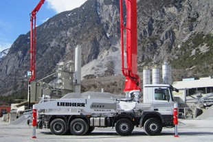 Truck mounted concrete pump with XXT outrigger