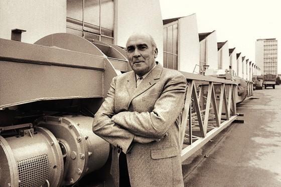 Hans Liebherr vor einer Baumaschine