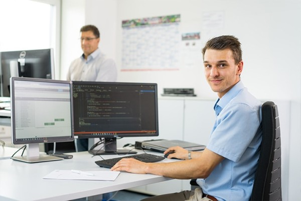 Even during his training as an IT specialist at Liebherr, a lot of trust is placed in Ferdinand Bentele, and he takes on responsibility at an early stage.