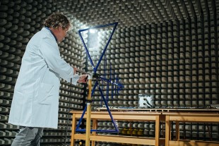 In this EMC chamber electronic parts are tested for electromagnetic compatibility with an antenna.