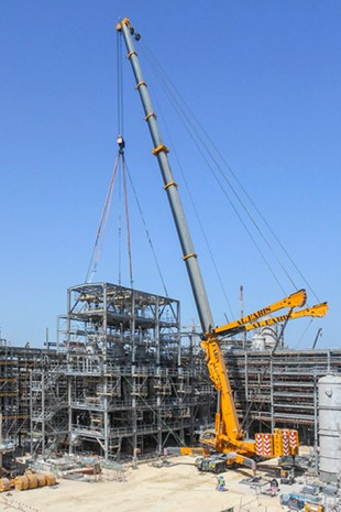 Al Faris runs almost 400 Liebherr mobile cranes.
