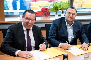 From left to right: Christoph Kleiner (Liebherr-Werk Ehingen) and Grigori Grigorian (TOPKRAN) at the contract signing ceremony.