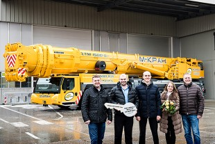 From left to right: Dmitry Kolomiitsev (Liebherr Russia OOO), Alexandr Conic, Georgy Cuiujuclu, Anna Cuiujuclu, (all M-Kran) and Volker Ostenried (Liebherr-Werk Ehingen GmbH).