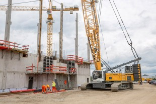 Dornseiff deploys Liebherr crawler crane type LR 1250 for the works expansion of Osram in Regensburg.