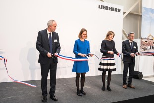 Liebherr family shareholders Jan Liebherr, Stéfanie Wohlfarth and Patricia Rüf cut the ribbon with branch manager Charles Ivakno.