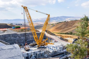 The Liebherr LR 1500 crawler crane operated by Italian crane contractor Gradito dismantled a tunnel drilling machine on Sicily.