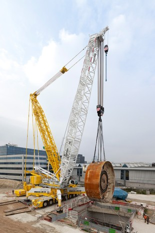 Compact power pack – the new LG 1750 operated by Mediaco hoisting a disc cutter for a tunnel drilling machine. The crane in this case is hoisting a gross load of 292 tonnes with a maximum radius of 17 metres.