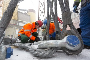 XXL shackle – Michael Egger and his team secure the massive lifting equipment before the hoist.