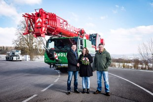 From left to right: Joachim Sommer (Liebherr-Werk Ehingen GmbH), Yvonne Scholl and Andreas Merkel (both from Karl Scholl GmbH) at the handover of the LTM 1070-4.2.