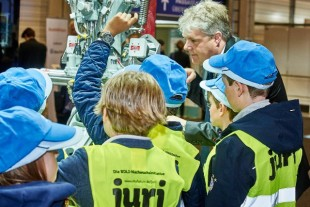 The winners of the juri-competition for primary schools also took a close look at technology from Liebherr. - © Liebherr