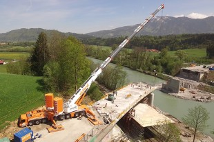 The LTM 1450-8.1 dismantling the bridge at Immenstadt in the Allgäu.