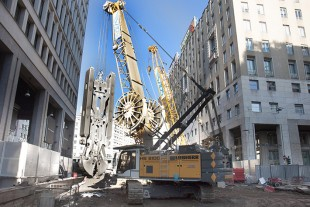 HS 8100 HD with hydraulic slurry wall grab on the jobsite in Milan.