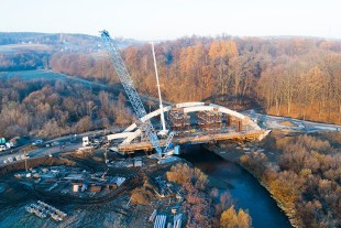 The two Liebherr cranes show highest precision during operation in Poland.