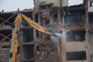 The sprinkler system for the demolition equipment ensures low dust generation and a better view during demolition work.