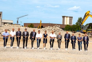The managers and project managers of Liebherr-Hydraulikbagger GmbH broke ground together with representatives of the Kirchdorf community as well as the commissioned construction company.