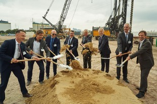 Managing Directors of the Liebherr division of Maritime Cranes together with Hamburg's Senator for Economics Horch and representatives from Implenia and HPA at the turning of the first sod.