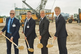 From left to right: Markus Schmidle (Managing Director, Liebherr-Werk Nenzing GmbH), Jörg Schmidt (Managing Director, Liebherr-Nenzing Service GmbH), Frank Horch (Senator for Economics, Hamburg), Jens Meier (Chief Executive Officer, HPA).