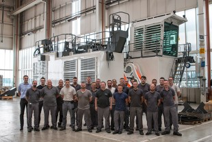 The 200 th R 9350 with its production team