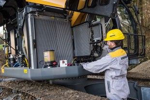 Inspection of the standard fully-automatic centralised greasing system and radiator of the new Liebherr compact excavator.
