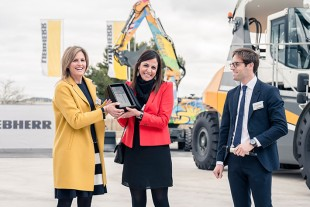 Patricia Rüf, Liebherr Member of the Board of Management, Samira Himeur, Head of Development at Lyon Terminal and Anthony Martin-Garin, Divisional Manager Maritime Cranes at Liebherr France, presenting the keepsake at the branch opening in Rognac, France.