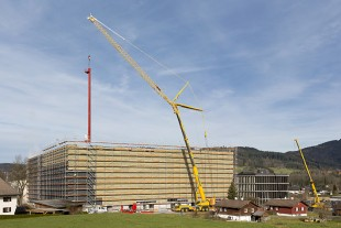 Large range – the storage and retrieval vehicle is lowered through the roof of the new warehouse building using a radius of 42 metres.