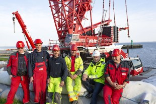 Complete professionals – the team headed by Jürgen Peters (2nd from right), who is responsible for major crane jobs at Nolte-Autokrane.