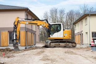 The Liebherr R 914 Compact crawler excavator has a very short tail swing of only 1.55 m.