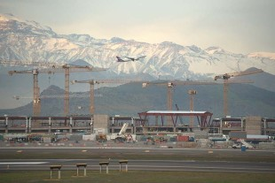 A total of 23 Liebherr tower cranes are being used for the airport expansion project in Santiago de Chile.